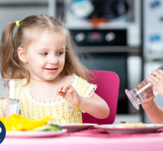 5 tips om je kind meer water te laten drinken